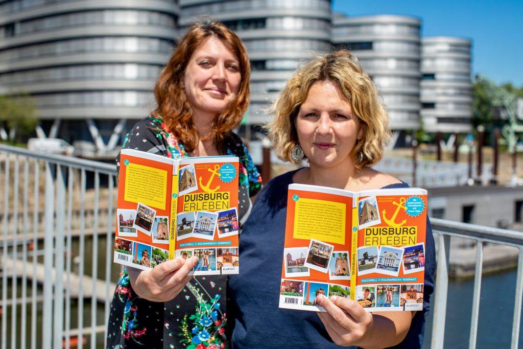 02.07.2018, DU Duisburg , Fotografin Alexandra Roth und Journalistin Fabienne Piepiora mit ihrem neuen Buch DUISBURG ERLEBEN im Duisburger Innenhafen.